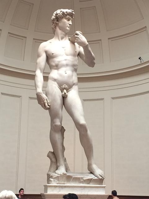 socha Davida z bílého mramoru